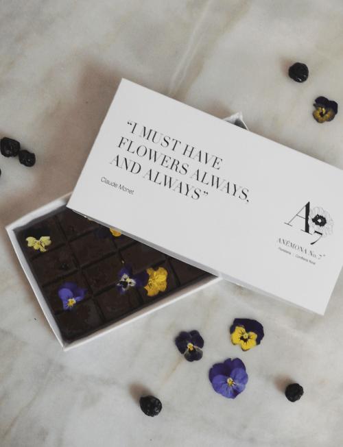 Chocolate con flores comestibles