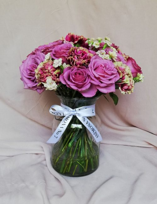 arreglo rosas y claves con florero