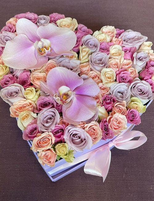 arreglo corazon rosas y orquidea